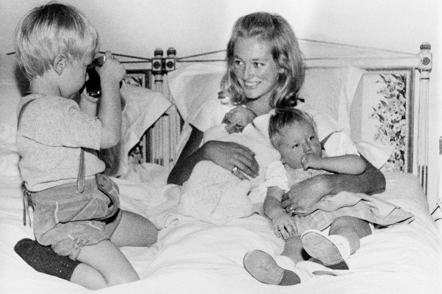 La princesse Paola de Belgique avec le prince Philippe, la princesse Astrid et le prince Laurent, le 22 octobre 1963