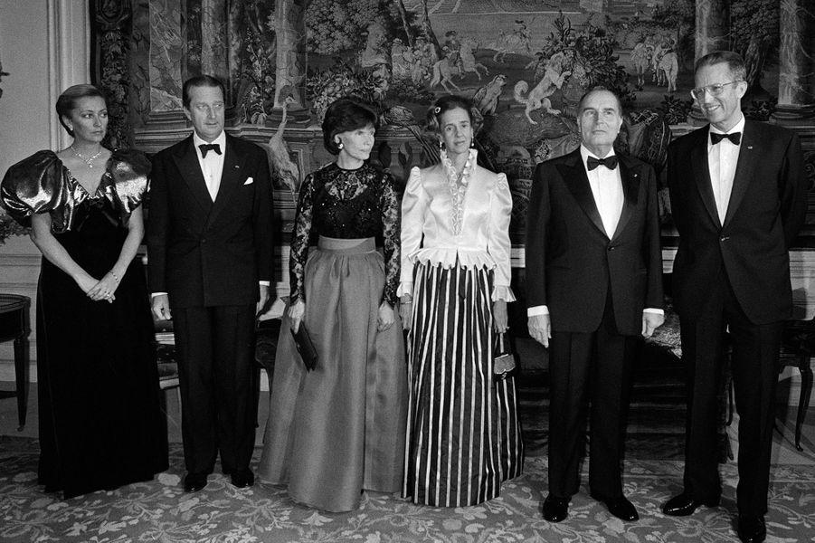 La princesse Paola de Belgique avec le prince Albert, le roi Baudouin et la reine Fabiola, et François et Danielle Mitterrand, le 14 octobre 1983