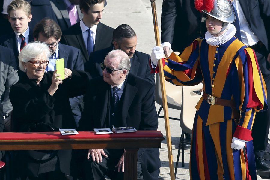 Paola et Albert de Belgique à la messe de Pâques à Rome, le 27 mars 2016