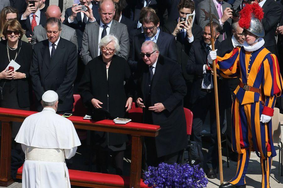 Paola et Albert de Belgique avec le pape François à la messe de Pâques à Rome, le 27 mars 2016