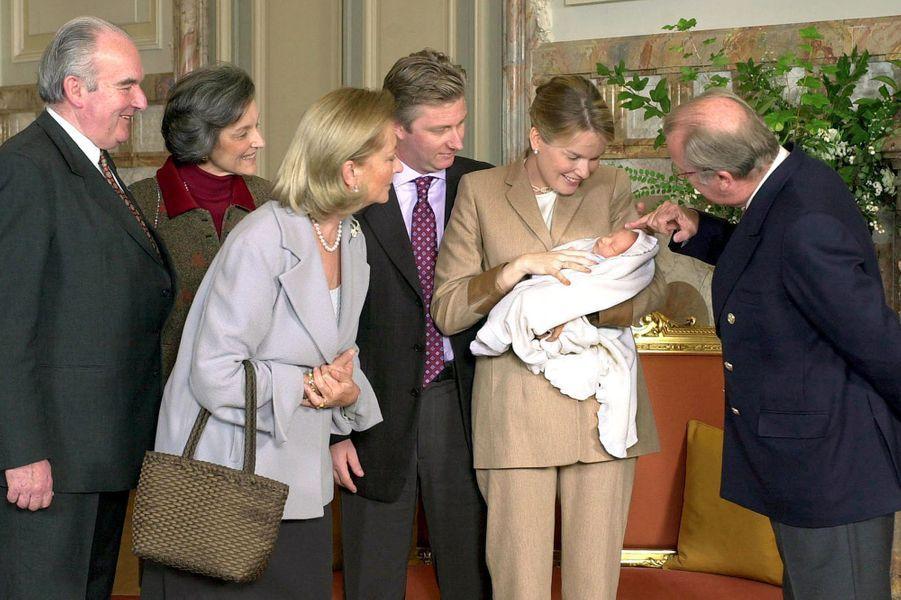 La princesse Elisabeth de Belgique, avec parents et grands-parents, le 3 novembre 2001