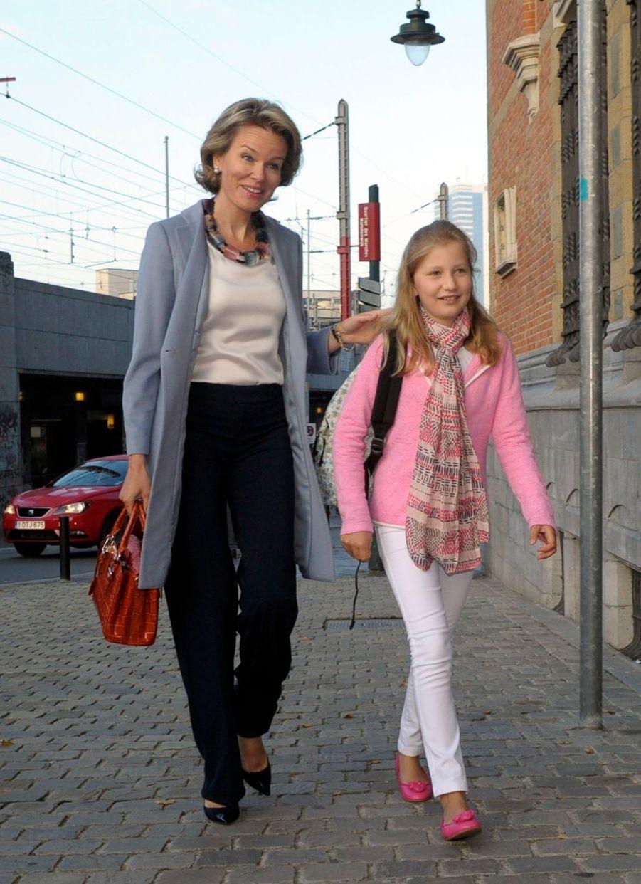 La princesse Elisabeth de Belgique, avec sa mère la reine Mathilde, pour son premier jour de collège, le 1er septembre 2014