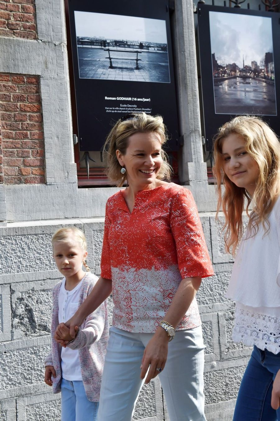 La princesse Elisabeth de Belgique avec sa soeur Eleonore et leur mère la reine Mathilde, en promenade à Bruxelles le 18 septembre 2016.