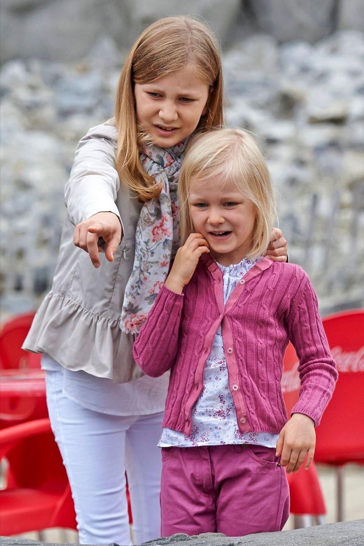 La princesse Elisabeth de Belgique avec sa soeur Eleonore, le 12 juillet 2014