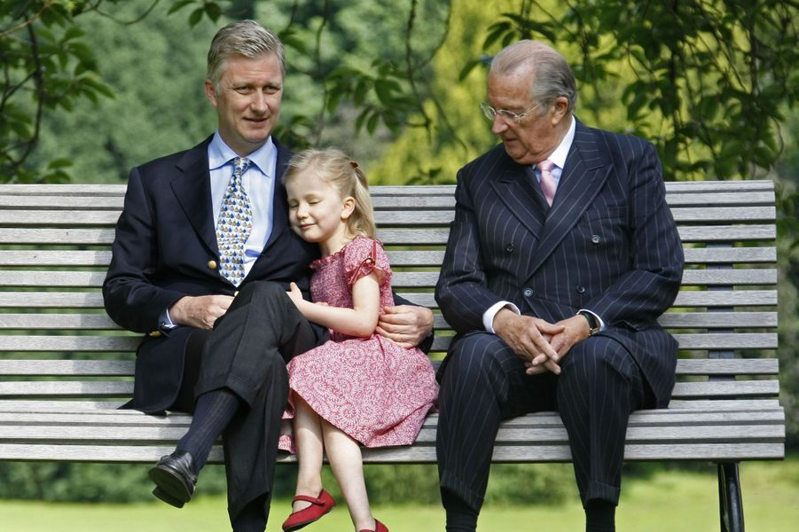 La princesse Elisabeth de Belgique avec son grand-père le roi Albert II et son père Philippe, alors prince héritier, le 17 juin 2008