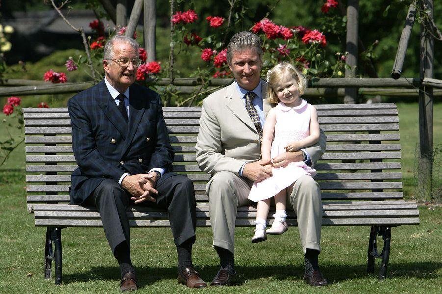 La princesse Elisabeth de Belgique avec son grand-père le roi Albert II et son père Philippe, alors prince héritier, le 22 juin 2005