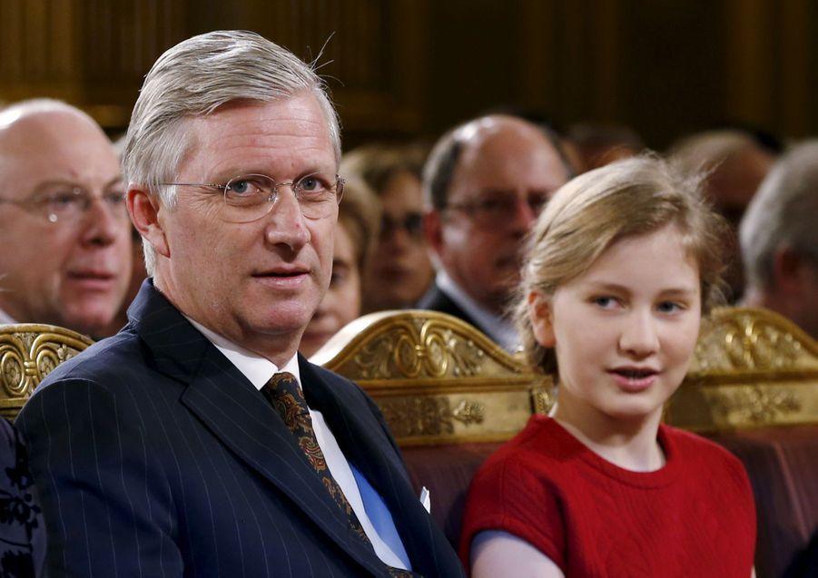 La princesse Elisabeth de Belgique et son père le roi des Belges Philippe, lors du traditionnel concert de Noël, le 16 décembre 2015