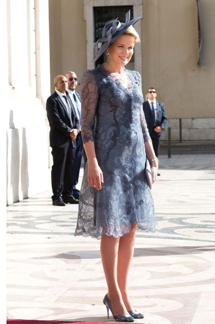 La reine des Belges Mathilde, en Giorgio Armani, à Lisbonne le 22 octobre 2018