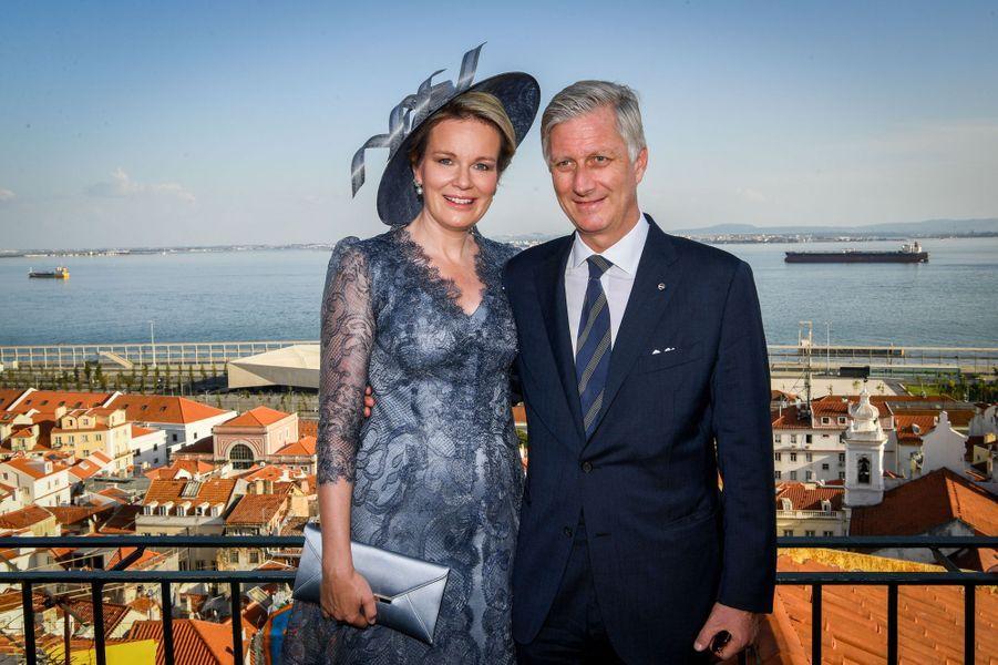 Détail de la robe de la reine des Belges Mathilde à Lisbonne, le 22 octobre 2018