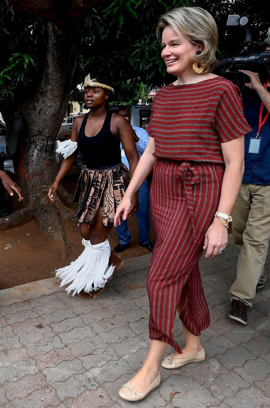 La reine des Belges Mathilde dans une robe Natan au Mozambique le 5 février 2019
