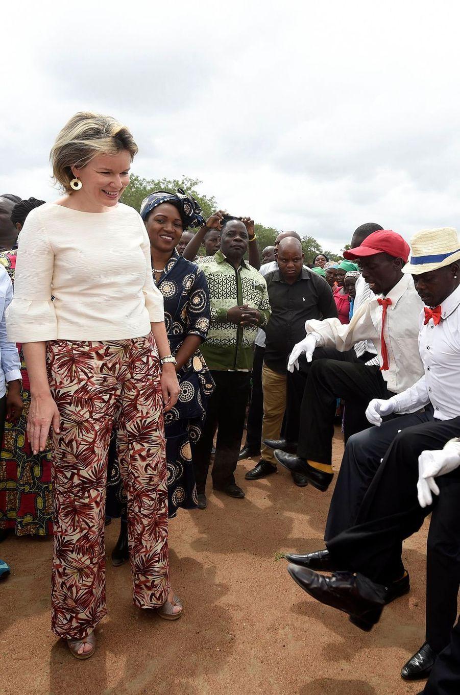 La reine des Belges Mathilde dans un pantalon Natan au Mozambique le 5 février 2019
