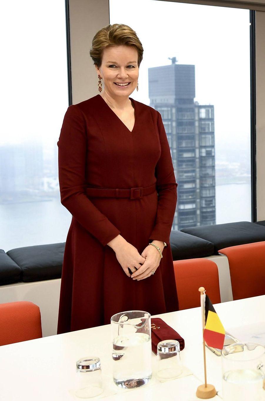 La robe bordeaux de la reine des Belges Mathilde à New York, le 11 février 2020
