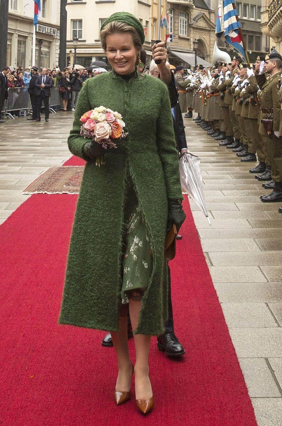 La reine des Belges Mathilde, dans un manteau Natan, à Luxembourg, le 15 octobre 2019