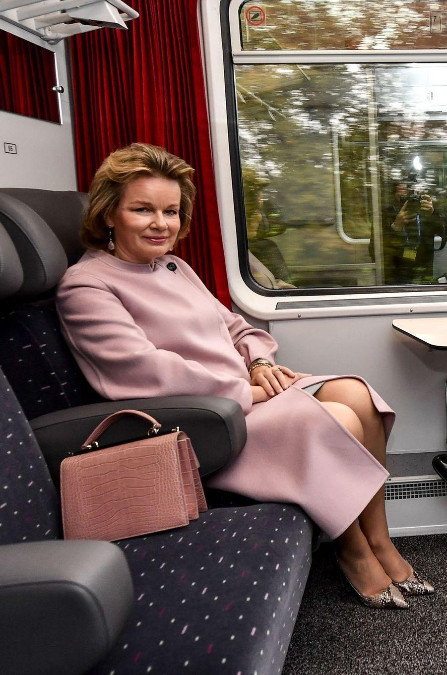 La reine des Belges Mathilde, dans un manteau Girogio Armani, dans le train pour se rendre au Luxembourg, le 15 octobre 2019