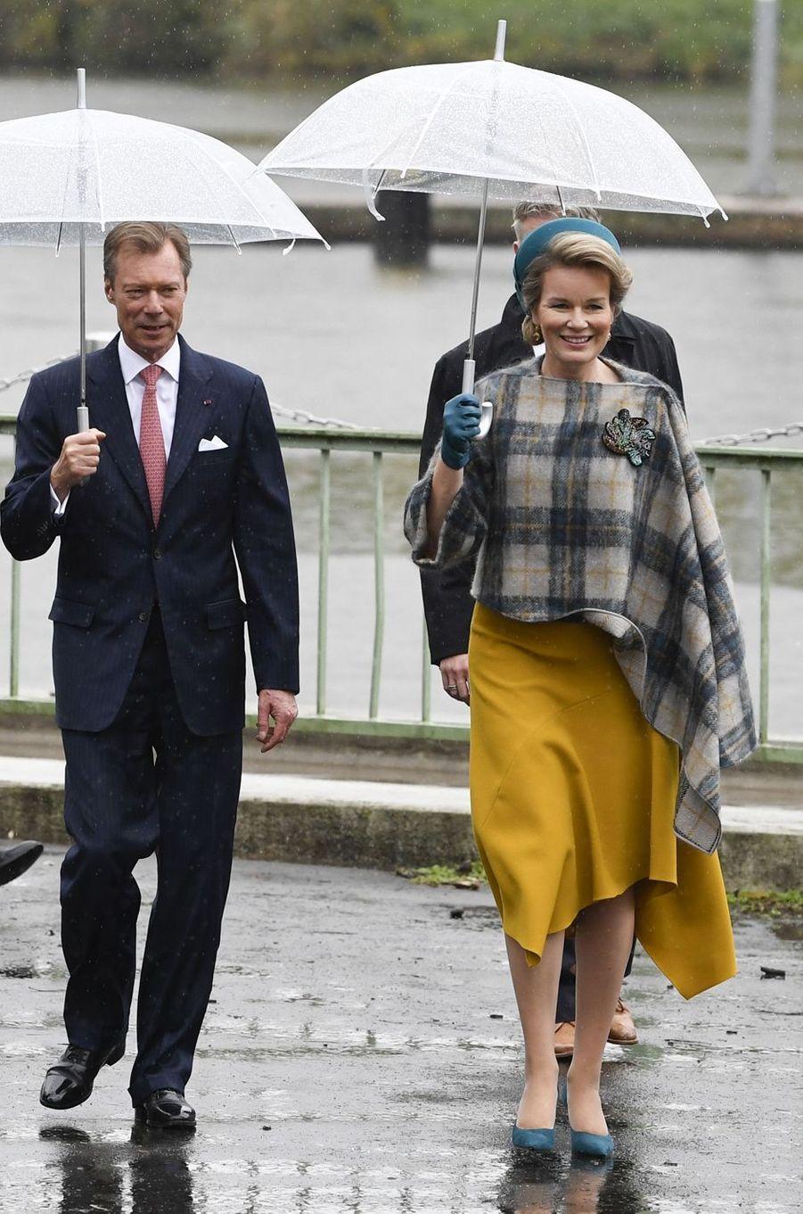 La reine des Belges Mathilde, dans une robe et une veste-cape Natan, au Luxembourg le 17 octobre 2019