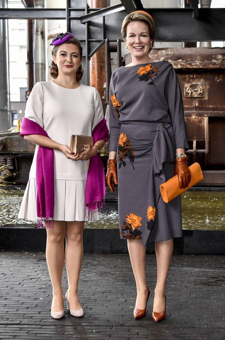 La reine des Belges Mathilde, dans une robe Dries Van Noten, au Luxembourg le 16 octobre 2019