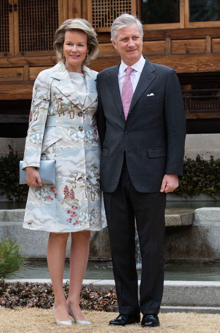 La reine des Belges Mathilde en Giorgio Armani en Corée du Sud, le 25 mars 2019