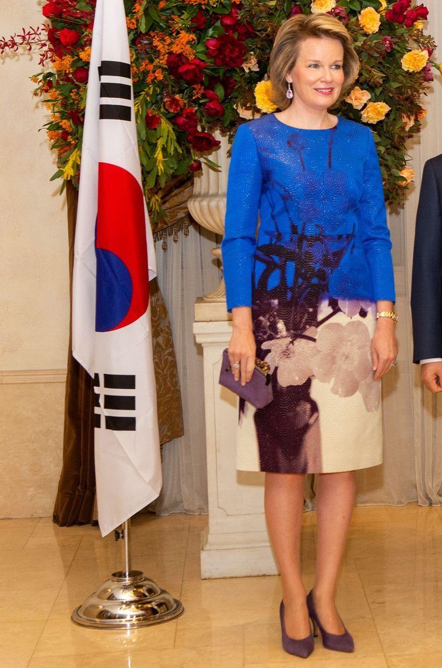 La reine des Belges Mathilde en Dries Van Noten en Corée du Sud, le 27 mars 2019