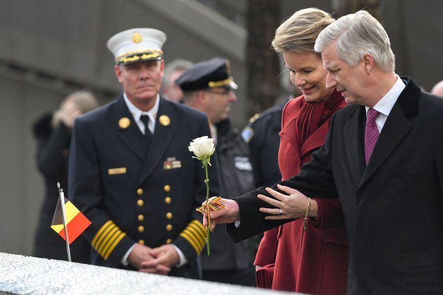 La reine Mathilde et le roi des Belges Philippe déposent une rose sur le mémorial de Ground Zero à New York, le 11 février 2020