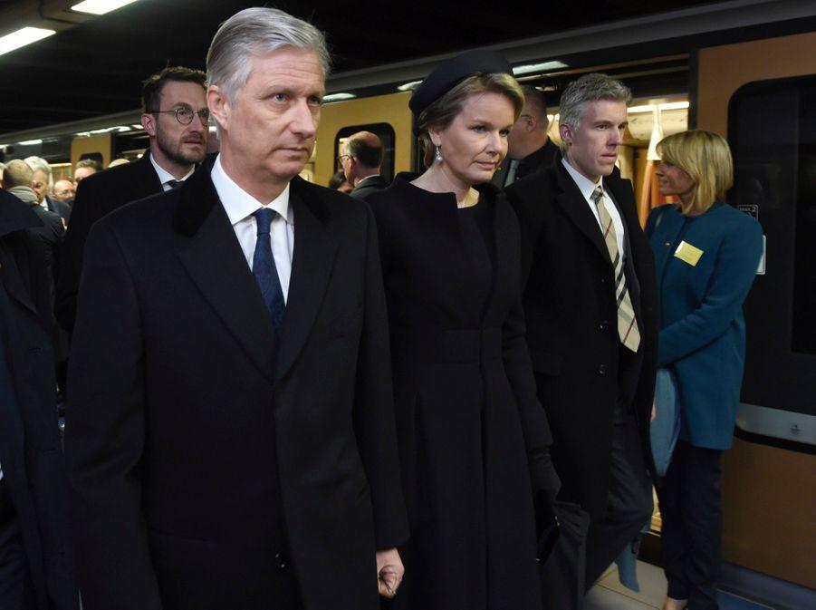 La Reine Mathilde Et Le Roi Des Belges Philippe Rendent Hommages Aux Victimes Des Attentats Du 22 Mars 2016 À Bruxelles 16