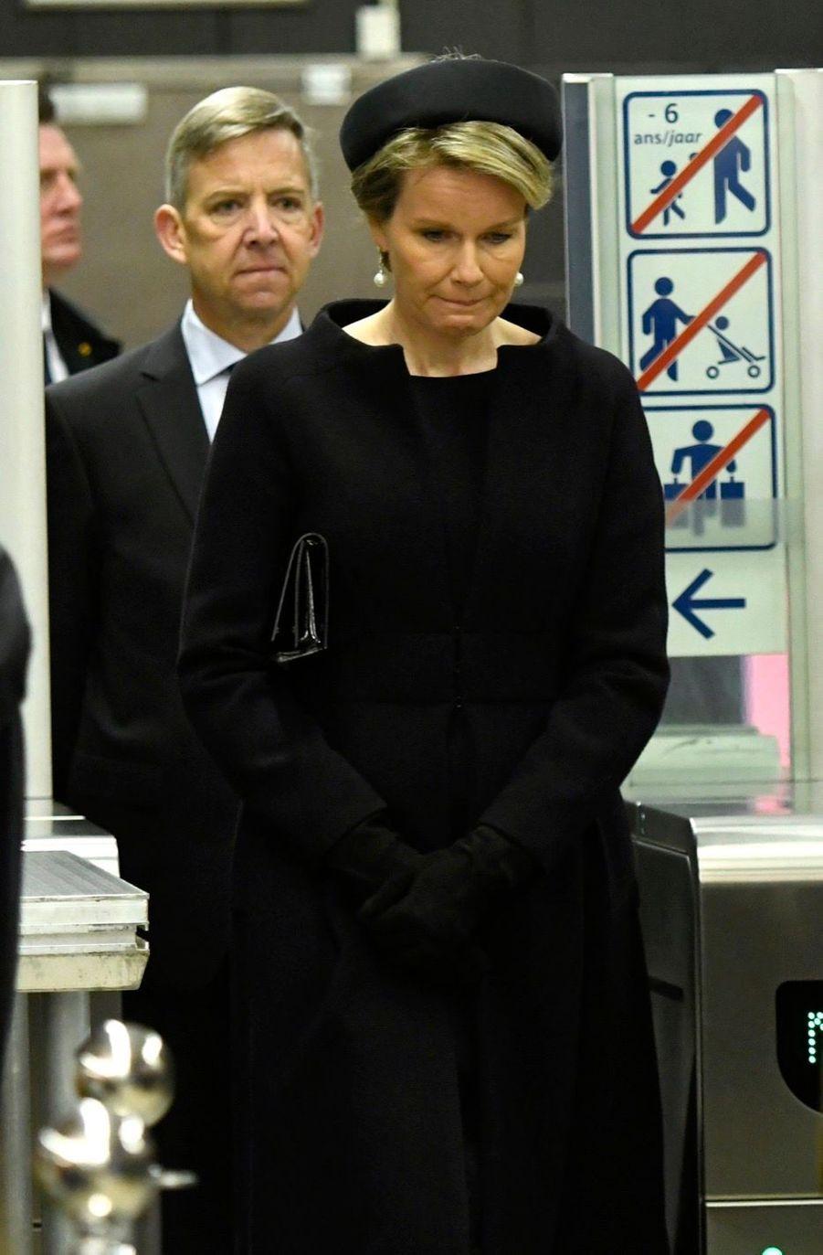 La Reine Mathilde Et Le Roi Des Belges Philippe Rendent Hommages Aux Victimes Des Attentats Du 22 Mars 2016 À Bruxelles 24