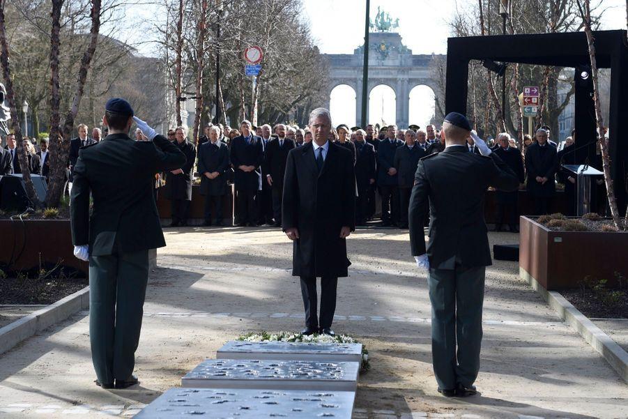 La Reine Mathilde Et Le Roi Des Belges Philippe Rendent Hommages Aux Victimes Des Attentats Du 22 Mars 2016 À Bruxelles 32