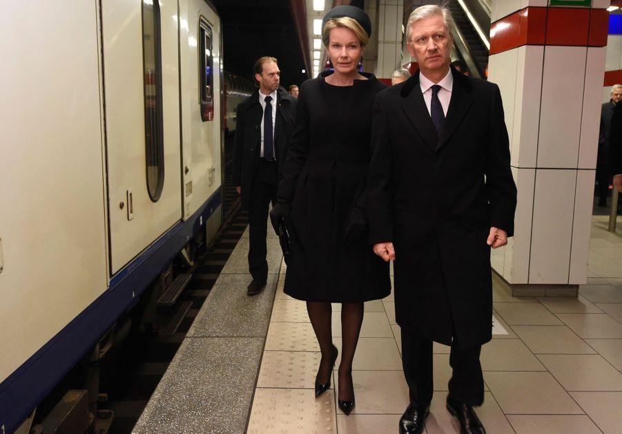 La Reine Mathilde Et Le Roi Des Belges Philippe Rendent Hommages Aux Victimes Des Attentats Du 22 Mars 2016 À Bruxelles 35