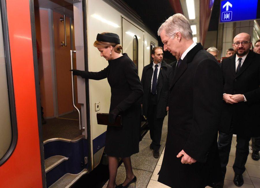 La Reine Mathilde Et Le Roi Des Belges Philippe Rendent Hommages Aux Victimes Des Attentats Du 22 Mars 2016 À Bruxelles 38