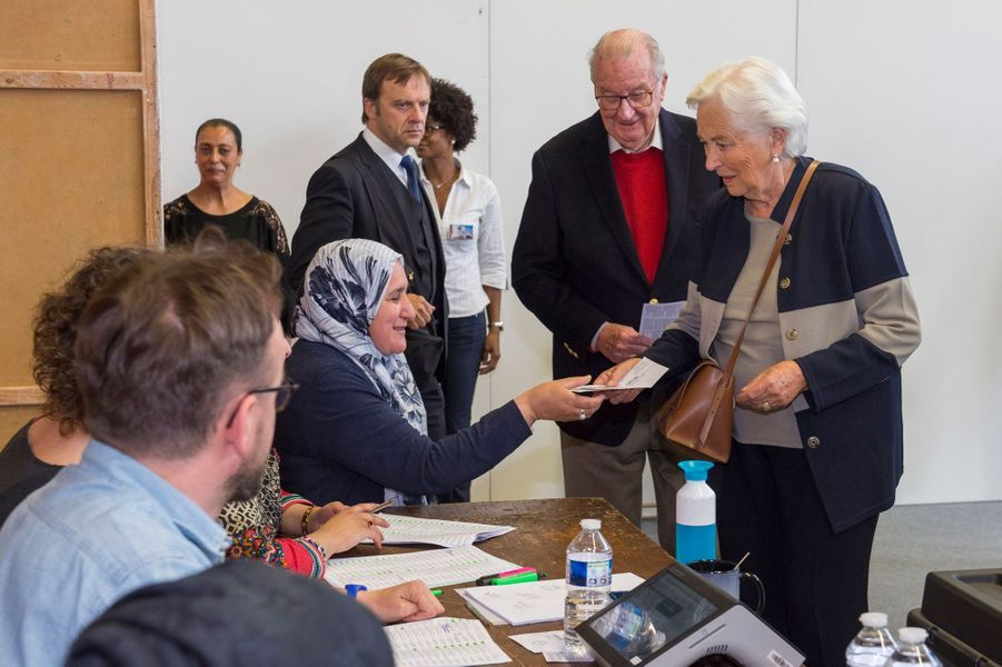 L'ex-roi des Belges Albert II et l'ex-reine Paola dans un bureau de vote à Laeken, le 26 mai 2019