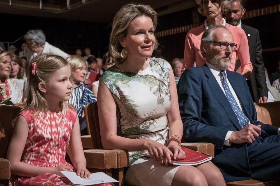 La reine Mathilde de Belgique et sa fille la princesse Éléonore à Ixelles près de Bruxelles, le 9 mai 2016