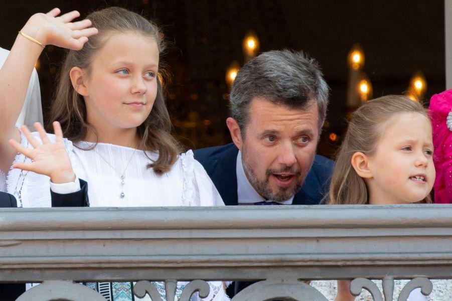 Le prince Frederik de Danemark avec ses filles les princesses Isabella et Josephine, le 26 mai 2018