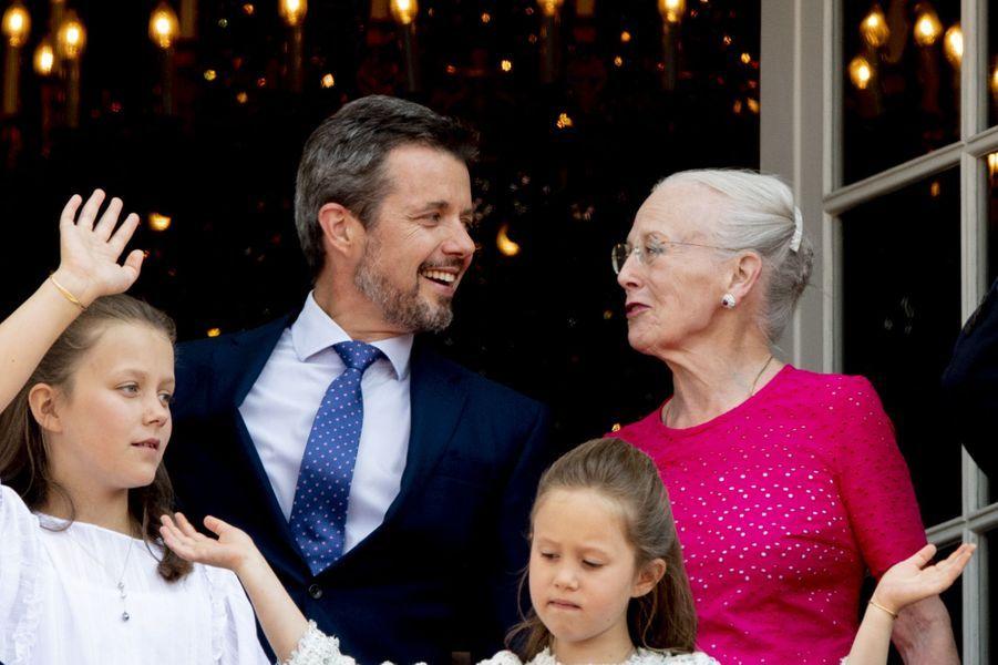 Le prince Frederik de Danemark avec ses filles et sa mère la reine Margrethe II, le 26 mai 2018