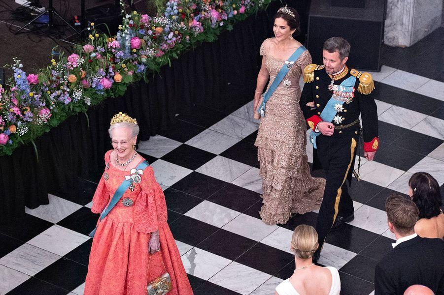 Le prince Frederik de Danemark avec sa femme la princesse Mary et sa mère la reine Margrethe II, le 26 mai 2018