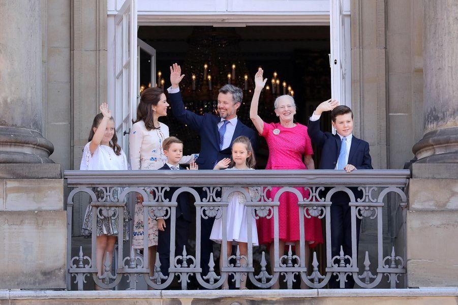 Le prince Frederik de Danemark avec sa femme la princesse Mary, leurs quatre enfants, et sa mère la reine Margrethe II, le 26 mai 2018