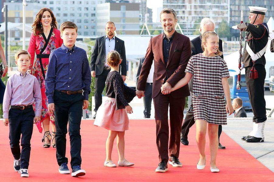 Le prince Frederik de Danemark avec sa femme la princesse Mary et leurs quatre enfants, le 27 mai 2018