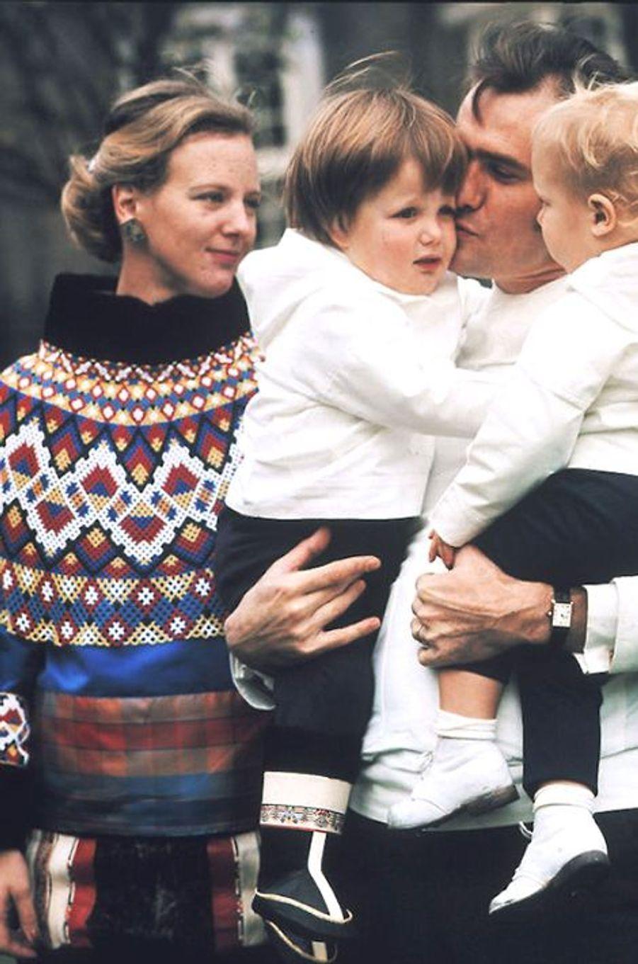 La reine Margrethe II de Danemark avec le prince Henrik et leur deux fils, le 26 octobre 1970