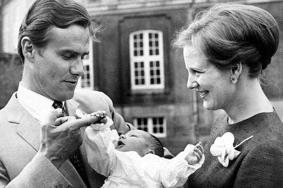 La reine Margrethe II de Danemark avec le prince Henrik et leur fils Frederik, le 8 juin 1968