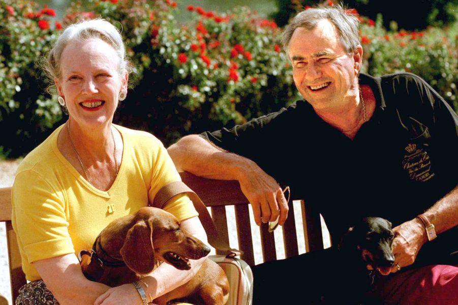 La reine Margrethe II de Danemark avec le prince Henrik et leurs chiens, le 16 septembre 1997