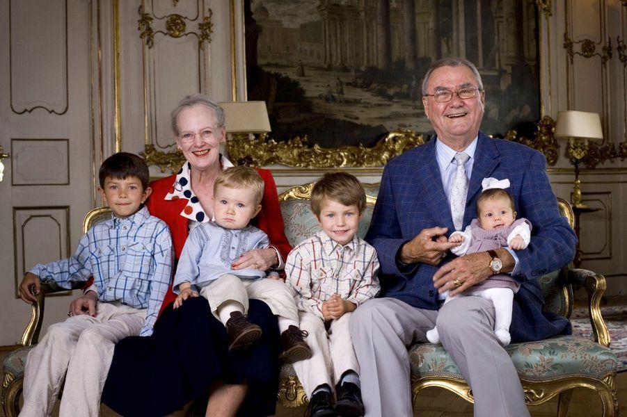 La reine Margrethe II de Danemark avec le prince Henrik et leurs petits-enfants Nicolai, Felix, Christian et Isabella, le 10 juin 2007