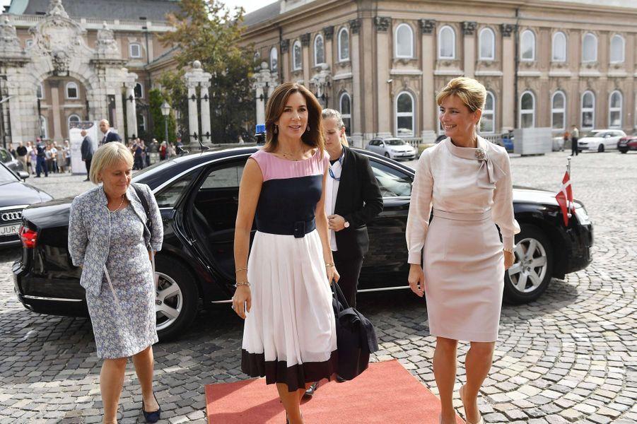 La princesse Mary de Danemark avec la Première dame de Hongrie Anita Herczegh à Budapest, le 11 septembre 2017