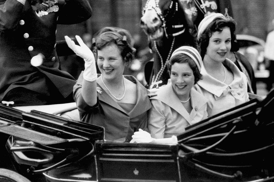 La princesse Anne-Marie de Danemark avec ses grandes soeurs en 1960