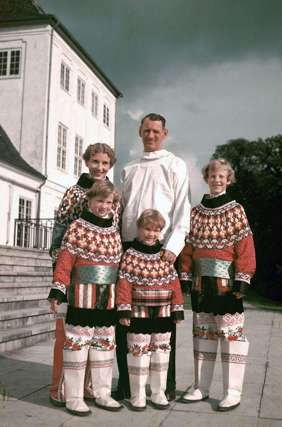 La princesse Anne-Marie de Danemark avec ses parents et ses grandes soeurs en 1952