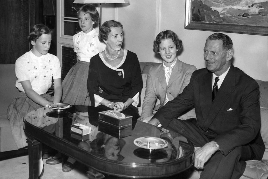 La princesse Anne-Marie de Danemark avec ses parents et ses grandes soeurs le 1er août 1956