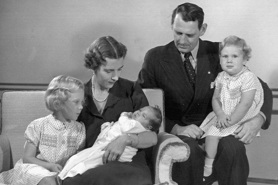 La princesse Anne-Marie de Danemark bébé avec ses parents et ses grandes soeurs en août 1946