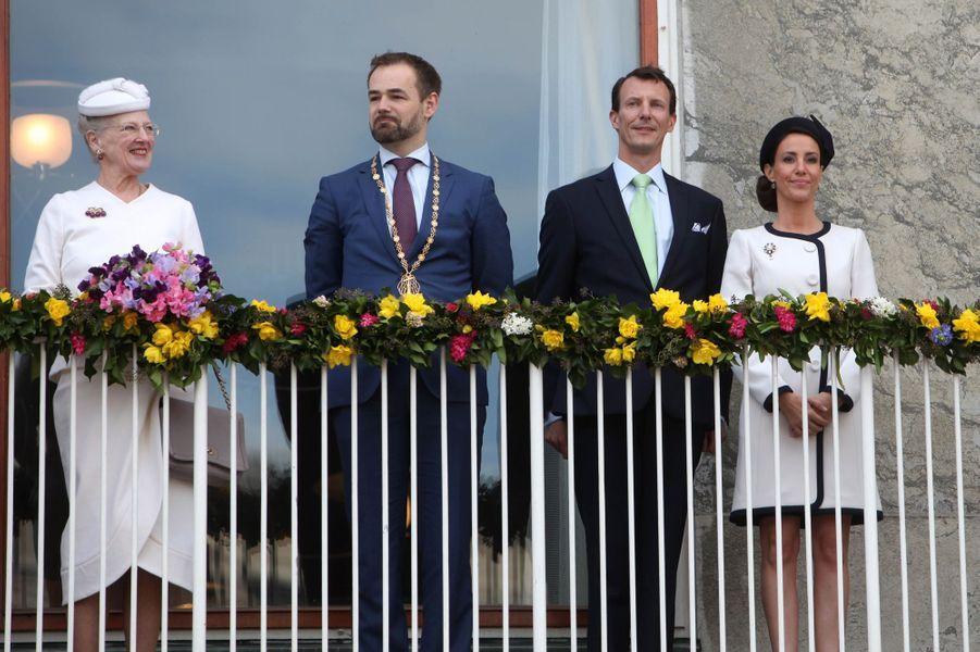 La reine Margrethe II de Danemark avec la princesse Marie, le prince Joachim et le maire d'Aarhus, le 8 avril 2015
