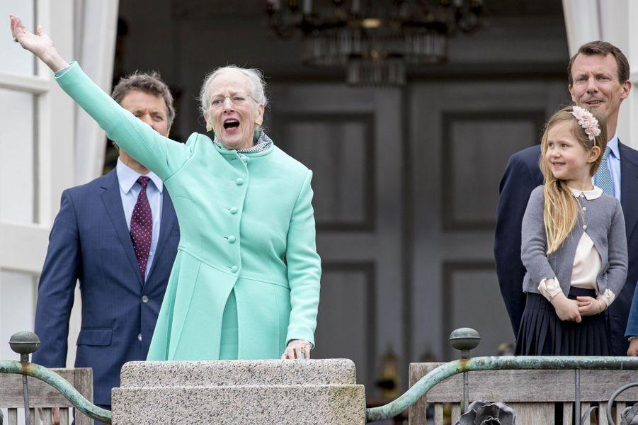 La reine Margrethe II de Danemark avec les princes Frederik et Joachim et la princesse Josephine à Marselisborg, le 15 avril 2017