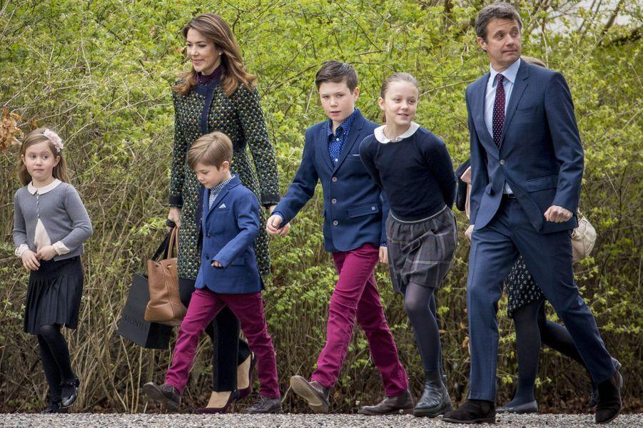 La princesse Mary et le prince Frederik de Danemark avec leurs enfants à Marselisborg, le 15 avril 2017