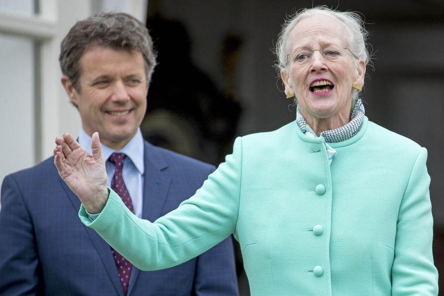 La reine Margrethe II de Danemark et le prince Frederik à Marselisborg, le 15 avril 2017