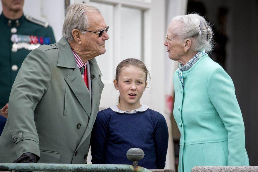 La reine Margrethe II de Danemark et le prince Henrik, avec la princesse Isabella, à Marselisborg, le 15 avril 2017
