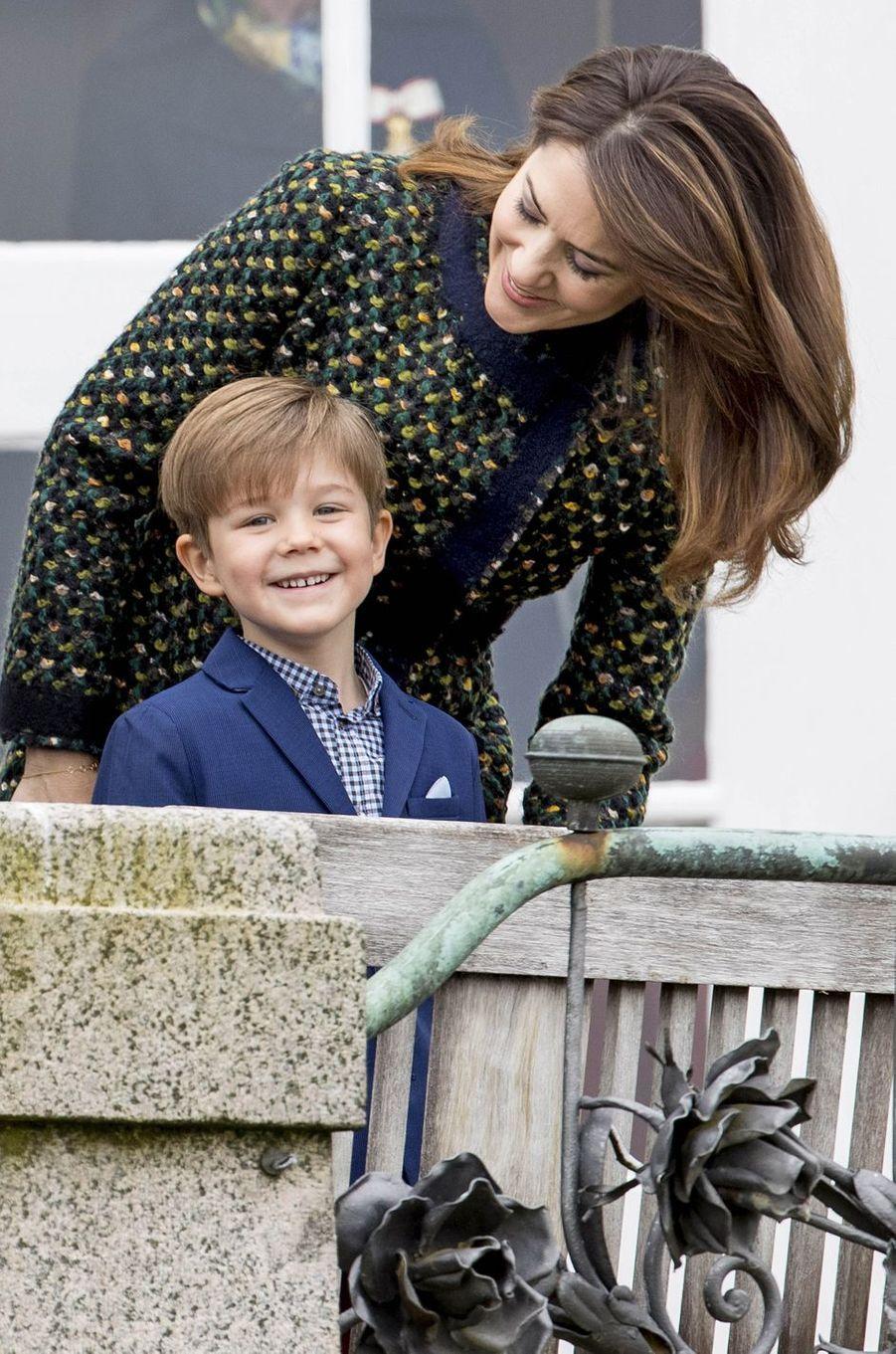 La princesse Mary et le prince Vincent de Danemark à Marselisborg, le 15 avril 2017